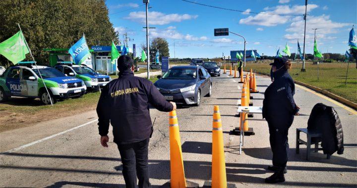 Como es el nuevo esquema de seguridad de empleados municipales cuidando el ingreso a Pinamar