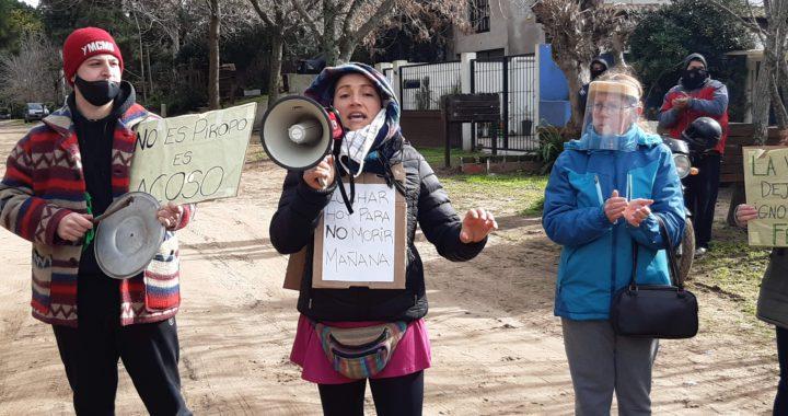 Mujeres de Pinamar marcharon y pidieron más seguridad en la comisaría de la mujer