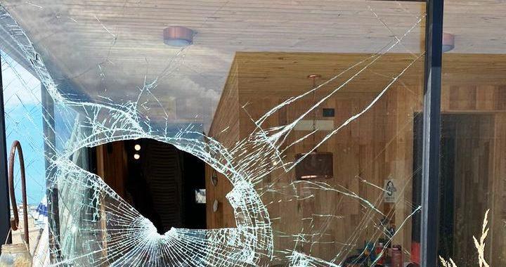 Destrozos en balnearios, muelle, departamentos y autos sobre avenida del mar raid de vandalismo