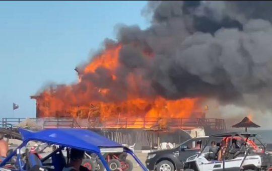 Un terrible incendio destruyó un icónico balneario en el norte de Pinamar, pérdidas totales
