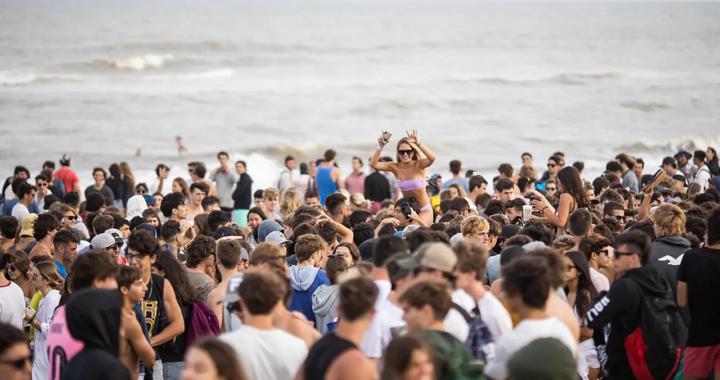 Agredieron a un periodista mientras cubria el descontrol de jovenes en la playa frente al parador Boutique