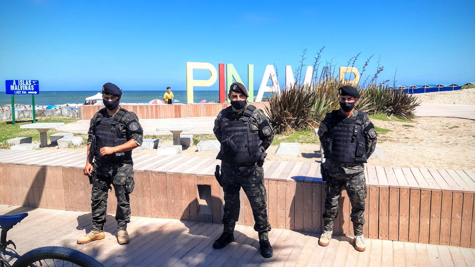 Peronal de la UTOI controla la clasica esquina de Bunge y Playa, bolsos, heladeras y mochilas todos son controlados