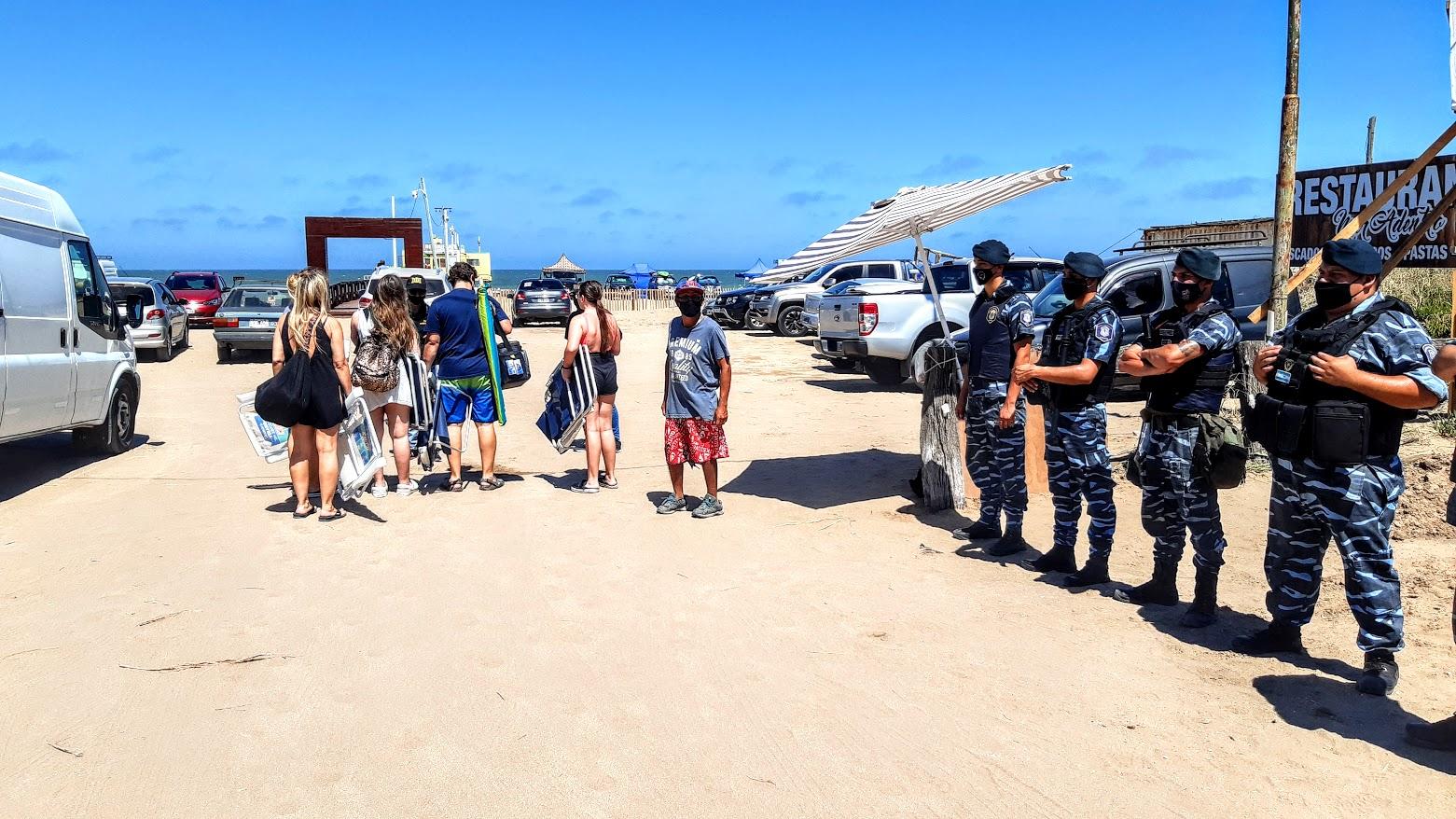 La policia controla a una familia en el ingreso a la playa en el muelle de Pinamar, buscan evitar el consumo de alcohol
