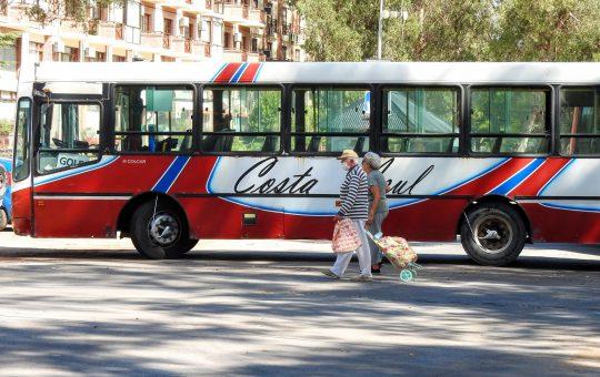 Choferes de la empresa Costa Azul cortan Bunge en reclamo del pago de salarios