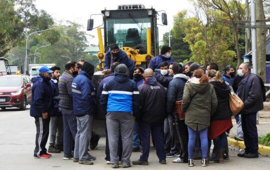 Crisis salarial: Municipales acampan en las puertas del municipio reclamando el pago de salarios
